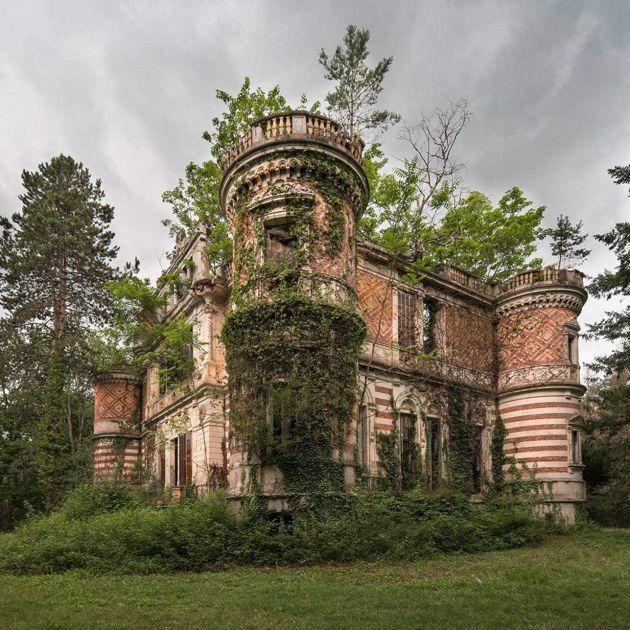urbex-exploration-france-chateau-echelle-nature